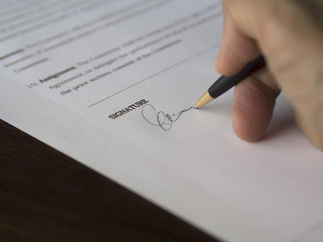 契約へのサイン